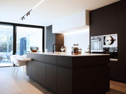 Een woning met een sterke zwart-wit combinatie zonder het huiselijke warme gevoel te verliezen